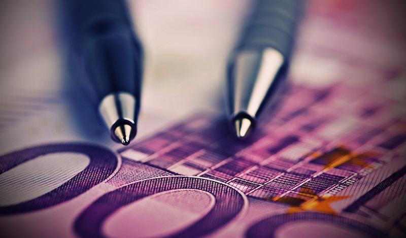 """Mit oder ohne Vertrag, es ist sinnvoll, den Kreditbetrag unter Freunden nicht als Bargeld zu überreichen, sondern zu überweisen, und zwar mit dem Betreff """"Darlehen"""". (#03)"""