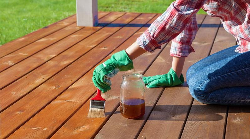 Ob lasieren oder lackieren: Beides schützt die Holzgegenstände im Innen- und Außenbereich. (#01)