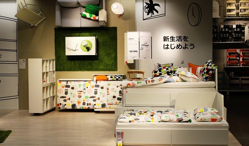 Ikea Hacks für das Bett: Zur Brimnes-Serie gehört auch ein passender Nachttisch. (#02)