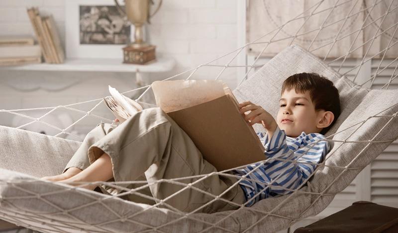 Ikea Hacks für Kinderzimmer: Es lässt sich bequem unter dem Bett Platz schaffen. Zum Beispiel für eine Hängematte. (#03)