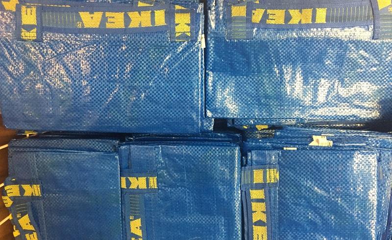 Was aber soll man mit den vielen blauen Ikea-Tüten Zuhause nur anfangen? Einfach eine Schürze draus machen. (#01)