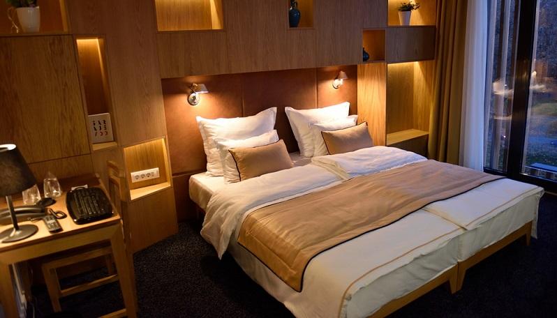 Ein normales Bett, das zum Einsatz von Lattenrosten ausgelegt ist, lässt sich mit wenig Aufwand zu einem Boxspringbett umbauen. (#02)