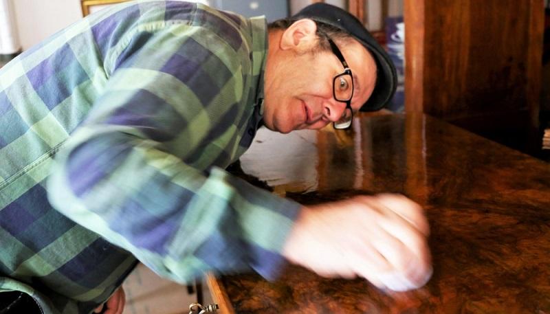 Die Holz wachsen Anleitung umfasst fünf Arbeitsschritte. Von der Vorbereitung des Holzes bis zum Polieren. (#02)