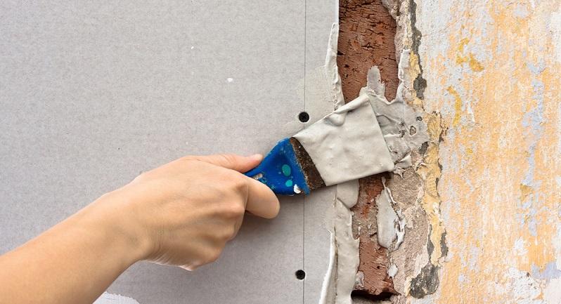 Wichtig ist, Risse im Außenbereich zu behandeln. Denn die Fassade muss wetterbeständig sein. (#03)
