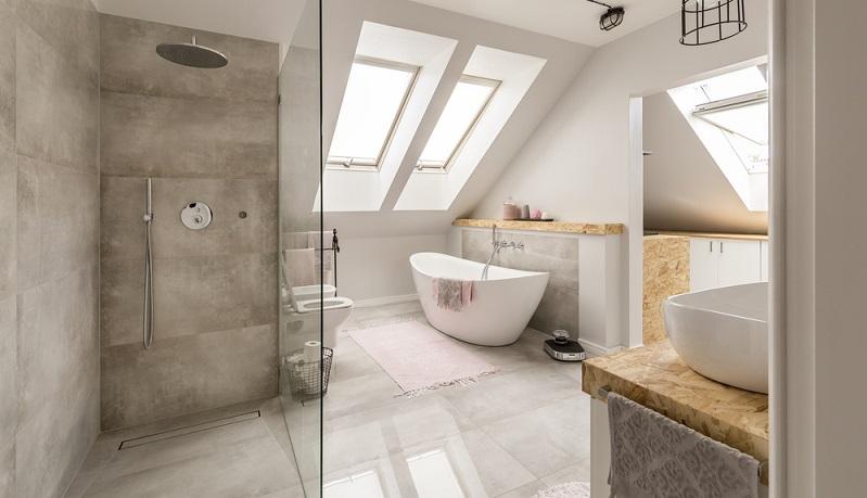 Um die Dusche frei von Kalkresten zu halten, kann man sie einfach sofort nach dem Duschen abtrocknen. Das kann als nervig empfunden werden, ist jedoch reine Gewöhnungssache. Am besten reinigt man dazu Armaturen und Duschkopf mit einem Handtuch. (#04)