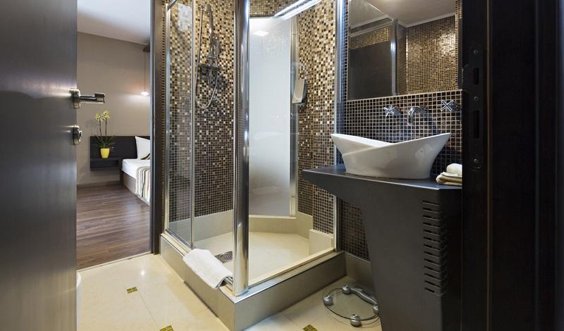 Die Frage, ob man bei der Montage der Dusche einen Fachmann rufen möchte, hängt hauptsächlich von dem eigenen handwerklichen Geschick und dem Typ von Dusche ab. (#02)