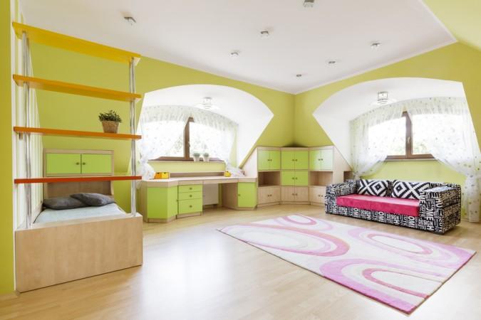 Raumteiler und Einbaumöbel erweitern die Möglichkeiten, die eine Daschräge bietet und lassen den Raum größer und freier wirken. (#4)