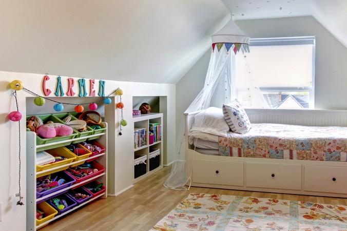 Auch in Dachschrägen lässt sich prima Stauraum schaffen. Sei es mit Betten, die Schubladen oder Fächer integrieren oder kleine Regale und Schränke, die man optimalerweise in die Schrägen verbaut. (#2)