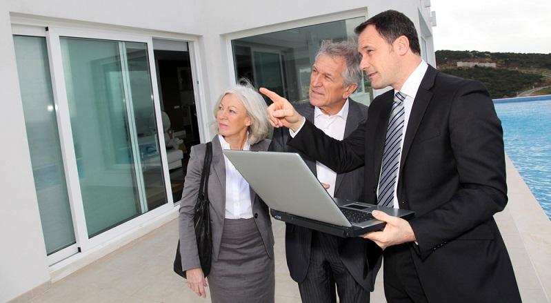 Die Entscheidung, im Alter ein Haus zu bauen, kann verschiedene Gründe haben. Häufig sind die älteren Menschen finanziell besser gestellt, da sie sich ein Polster zurückgelegt haben. (#01)