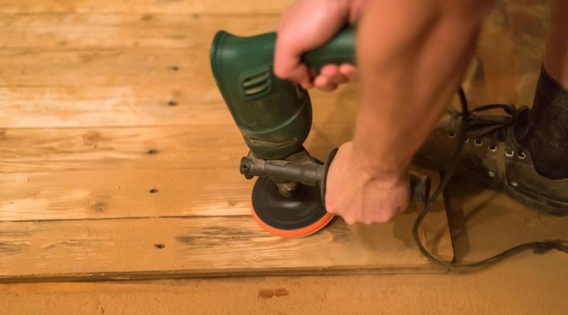 Nach dem (trockenen) Grobschliff empfiehlt es sich, das Holz mit einem Tuch oder Schwamm zu befeuchten. (#02)