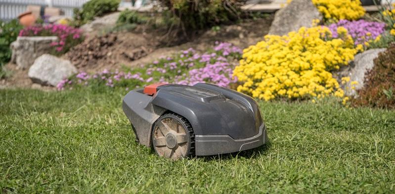 Im Handel gibt es inzwischen unzählige Hilfsmittel, mit denen sich die Freizeit als wirklich freie Zeit gestalten lässt. Den Rasen mähen? Erledigt der Mähroboter. (#04)
