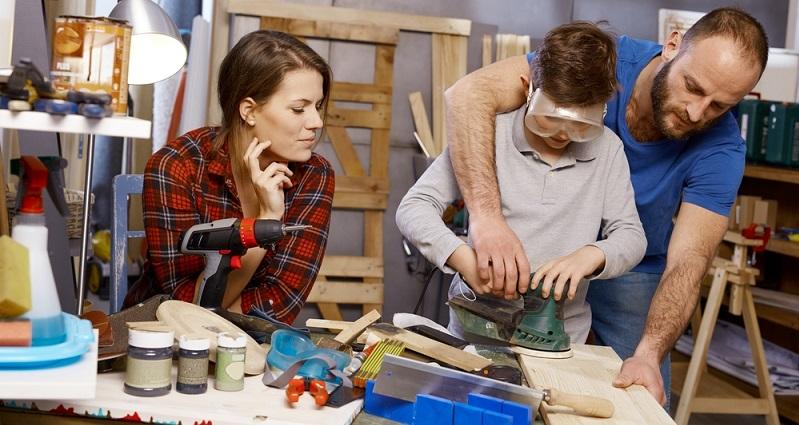 Heimwerken ist ein Hobby, welches in jüngster Zeit groß in Mode gekommen ist. Dabei entstand es einst aus der Not heraus, denn in den Anfängen wollten viele Menschen Dinge in Heim und Haus reparieren, weil das Geld für den Profi fehlte. (#02)