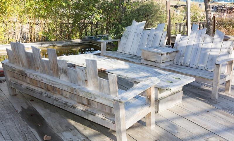Holz ist mit seinem warmen, gemütlichen Look auch hier die Grundlage. Ob als selbstgebautes Arrangement aus Palletten oder in Form von weniger streng Symmetrischem ist dabei Geschmackssache. (#04)