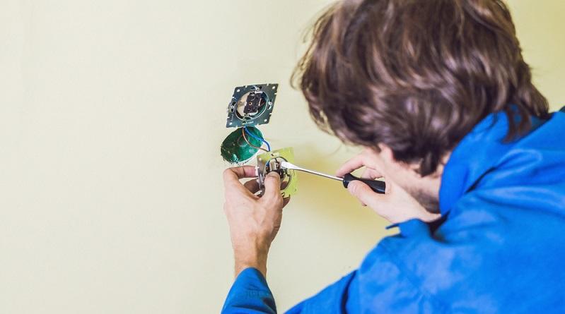 Unabhängig davon ob man auf dem Putz verlegt oder das Kabel in der Wand versteckt: Erfahrung mit Elektroinstallationen und Kenntnisse von Elektroanschlüssen sollten vorhanden sein. (#02)