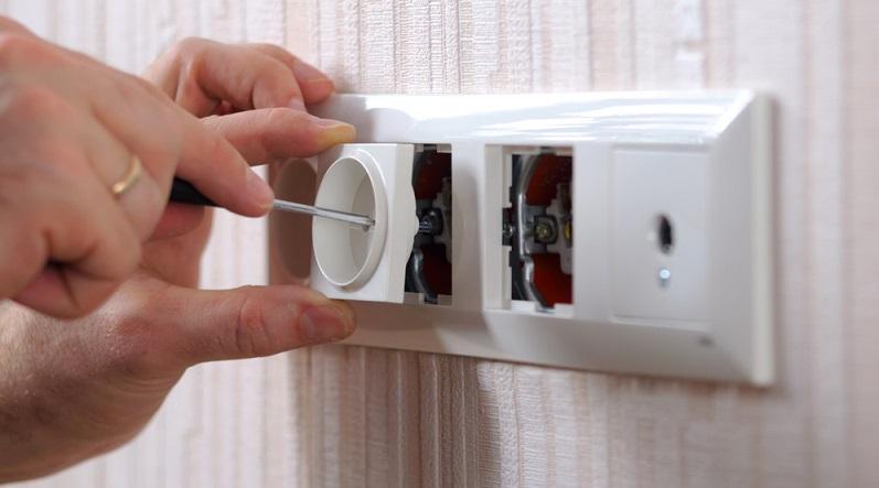 Der Elektriker bzw. der erfahrene DIY-Elektroinstallateur wird dann die Kabel farbgleich anschließen. Danach können alle Abdeckungen wieder montiert und die Sicherung kann eingeschaltet werden. (#02)