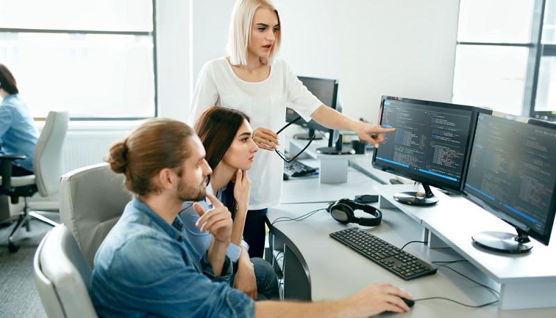 Egal, ob es sich um ein einzelnes Büro handelt oder um offene Bürolandschaften, in denen sich die Mitarbeiter wohlfühlen sollen: Immer kommt es darauf an, dass der Arbeitsbereich gut beleuchtet ist. (#03)