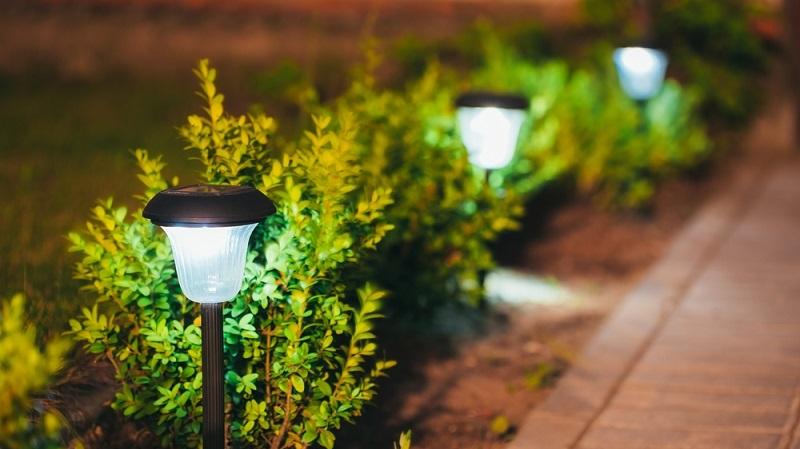 Eine Beleuchtung der Zugangswege und des Gartens erhöht die Sicherheit und den Wohnkomfort. (#06)
