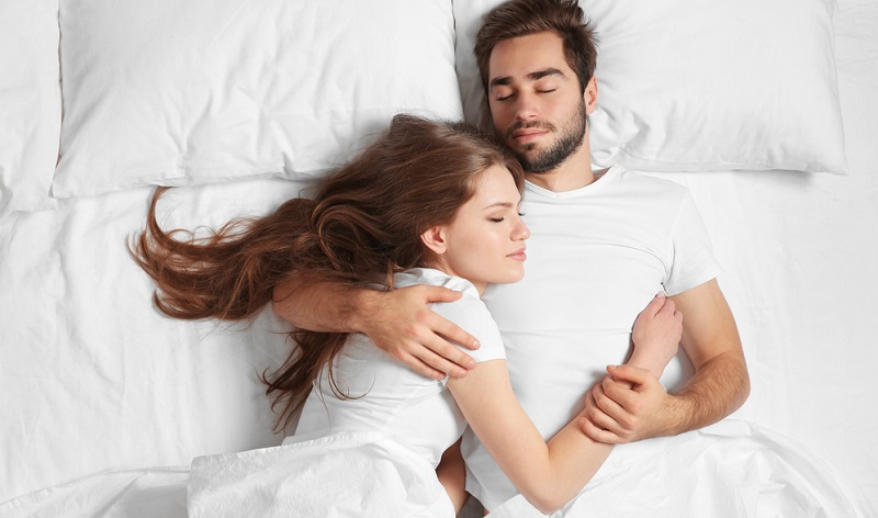 Wir alle kennen die Aussage: Den Schlaf hole ich am Wochenende nach! Leider fühlen wir uns nach dem meist misslungenen Versuch immer noch wie gerädert und arbeiten auch in der kommenden Zeit daran, den Schlaf nachzuholen.
