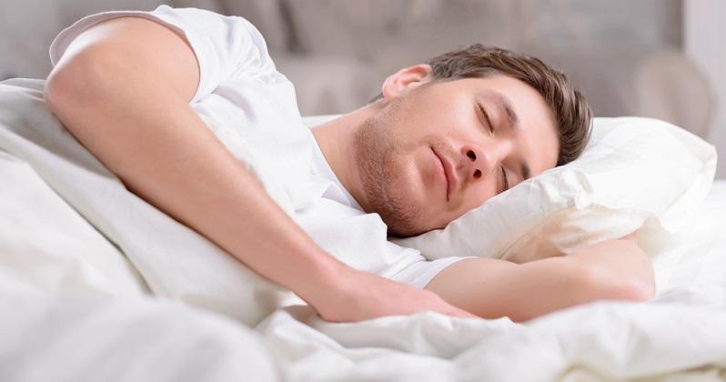 Eine Feuchtigkeitscreme kann zwar eine gewisse Aufpolsterung bewirken, jedoch längst nicht so effektiv sein wie der Schlaf bzw. der Körper selbst, der im Schlaf auf Hochtouren arbeitet. (#01)