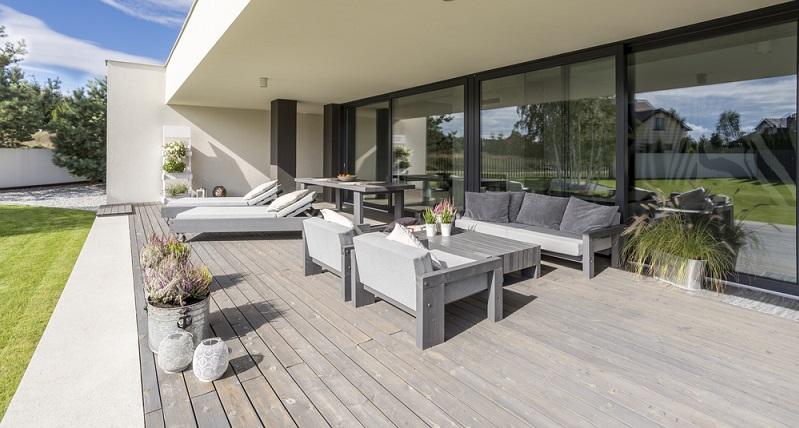 Wenn Sie die Terrasse neu anlegen, sollten Sie deren Ausrichtung Ihren persönlichen Vorlieben anpassen. Sicherlich müssen Sie dabei auch örtliche Gegebenheiten berücksichtigen und nicht auf jedem Grundstück ist jede Himmelsrichtung geeignet, um von der Terrasse aus dorthin zu sehen. (#01)
