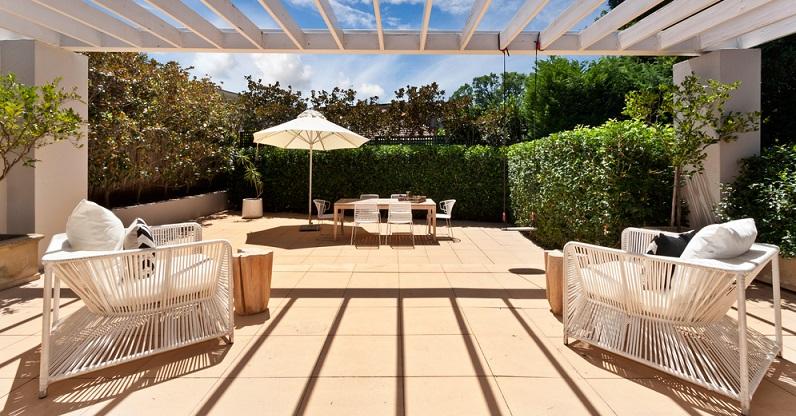 Die Terrasse besteht nicht nur aus dem freien Platz, auf den Sie geschickt die nötigen Möbel platziert haben. Vielmehr brauchen Sie einen Bodenbelag, der aus Holz, Naturstein, Fliesen oder Beton bestehen kann. (#04)