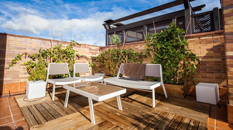 Die Terrasse wird erst mit den richtigen Möbeln wirklich gemütlich und lässt sich individuell einrichten. (#03)