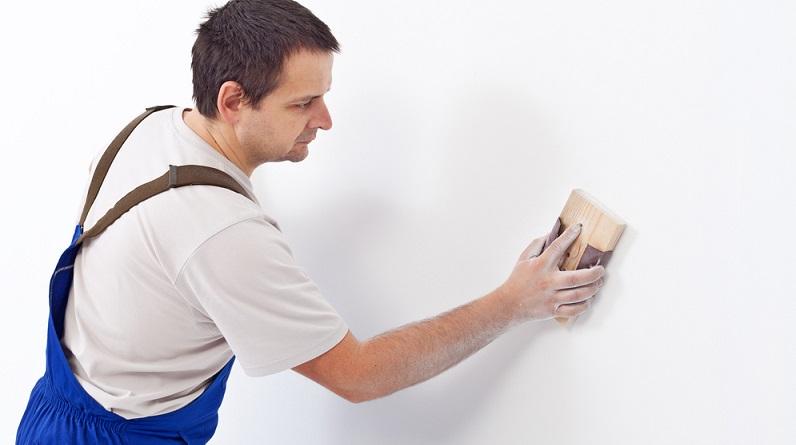 Feine Risse und kleine Löcher sind meistens schon bei der ersten Begutachtung der Wand oder Decke sichtbar. (#01)