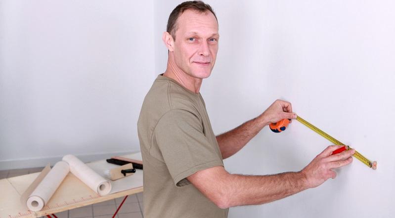 Wenn die Untergrundvorbereitung erfolgreich abgeschlossen ist, kann sich der Heimwerker nun daran machen, die neue Vliestapete zuzuschneiden und einzukleistern zu wollen. (#03)