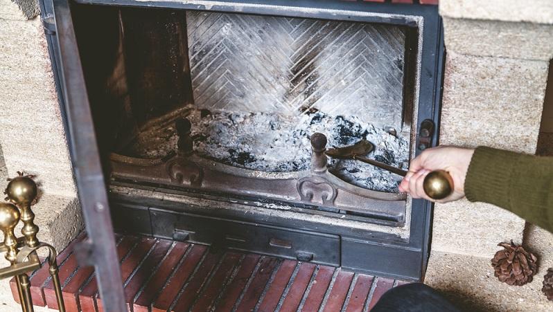Ebenfalls einmal pro Woche nötig: Das Reinigen des Feuerraums. Nutzen Sie dafür spezielle Kehrbleche und –besen, die im Kaminhandel erhältlich sind. Allerdings tut es auch der Handfeger und die Kehrschippe, wenn Sie nicht in Spezialzubehör investieren wollen.(#02)