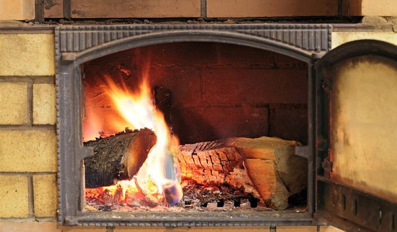 Häufig ist beispielsweise Ruß auf der Scheibe zu finden. Dieser entsteht, wenn das verwendete Brennholz noch nicht ausreichend lange ablagern und damit trocknen konnte oder wenn die Zugluft zu gering eingestellt ist. (#04)