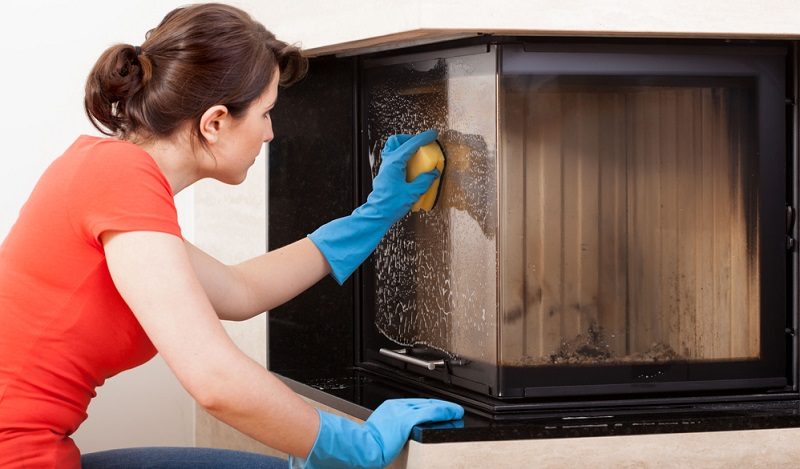Arbeiten Sie beim Reinigen der Feuerraumscheibe mit einem weichen Tuch und Glasreiniger, setzen Sie dabei aber bitte auf milde Reiniger. (#01)