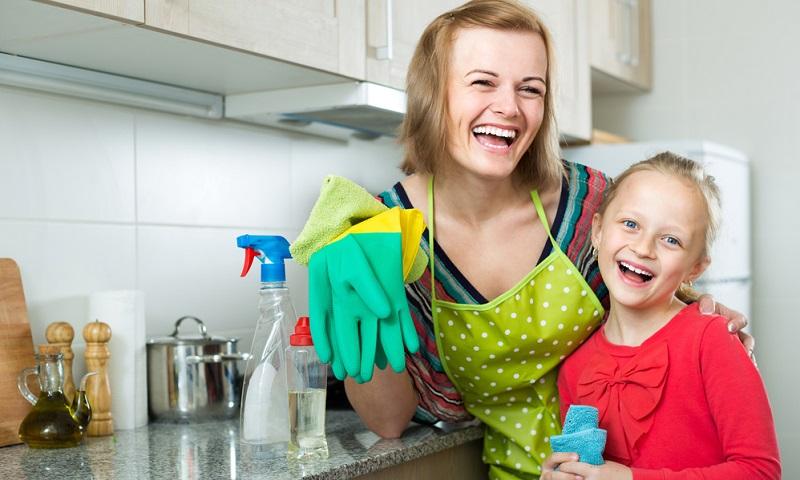 Auf Basis der Liste kann die Hausarbeit nun aufgeteilt werden, wobei auch die Kinder berücksichtigt werden sollten. Bereits ab dem Kindergartenalter können Kinder den Tisch abräumen und ihre Spielsachen nicht nur im eigenen Zimmer, sondern auch im Wohnzimmer einräumen. (#06)