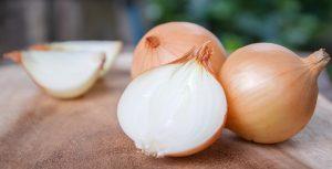 Auch mit Zwiebeln lässt sich Glas sehr gut reinigen. Gerade hartnäckige Verschmutzungen haben gegen Zwiebeln keine Chance. (#3)