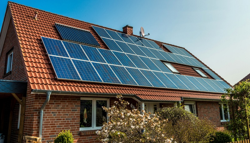 Solarthermieanlagen sind sehr beliebt, denn sie nutzen die Energie der Sonne, um das Haus zu heizen und warmes Wasser zu bereiten und sind somit besonders umweltfreundlich.