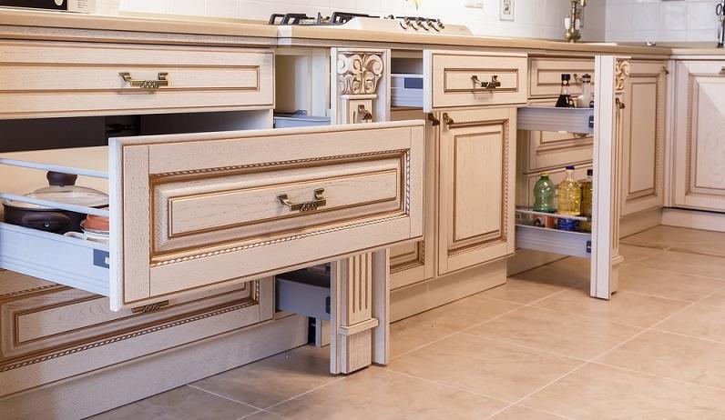 Stauraum ist ein sehr wichtiger Aspekt bei der Küchenplanung. Es gilt: Je freier die Arbeitsfläche, umso leichter die Reinigung und umso mehr Freiraum bei der Arbeit, dem eigentlichen Kochen.
