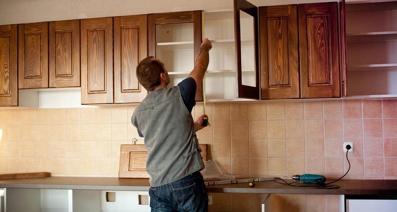 Versierte Heimwerker, die schon öfter eine Küche auf- oder abgebaut haben, bekommen das in der Regel auch ganz gut hin.