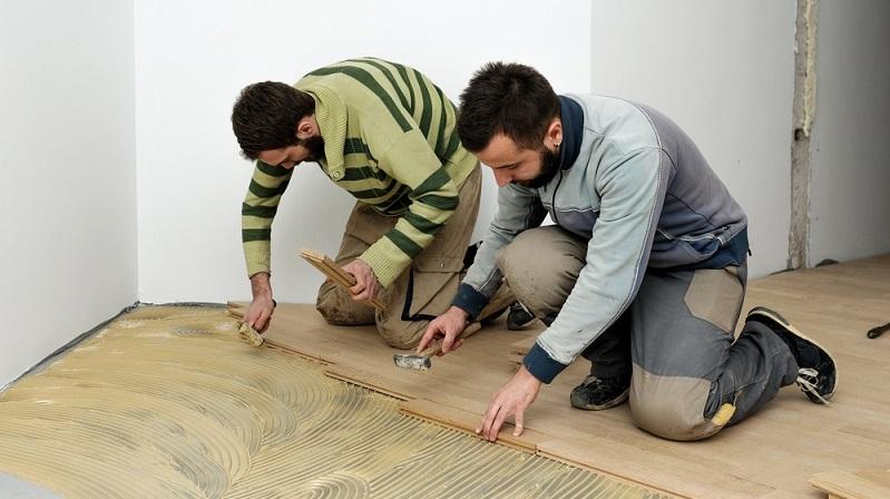 Wenn man einen Parkettboden verlegt, bestehen hierfür grundsätzlich zwei verschiedene Möglichkeiten. Eine Alternative besteht darin, den Boden fest mit dem Untergrund zu verkleben.