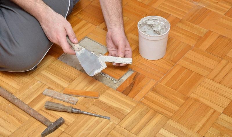 Wenn Sie den Boden verlegt haben, sollte dieser fest haften. Allerdings kommt es in diesem Bereich gelegentlich zu Problemen.