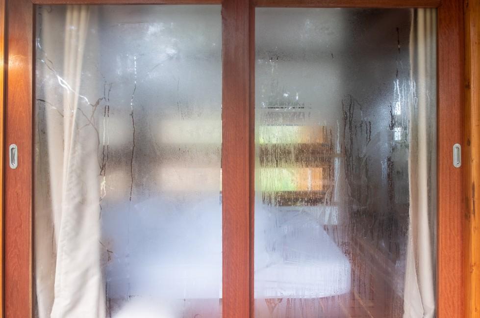 Wie kann Schimmel im Schlafzimmer entstehen? Auslöser für Schimmel im Schlafzimmer ist stets Feuchtigkeit in der Luft, welche an den Wänden kondensiert, sich niederschlägt. Die Wege, welche die Feuchtigkeit ins Schlafzimmer nimmt, sind oft unterschiedlich und nicht immer denkt man daran. (#1)