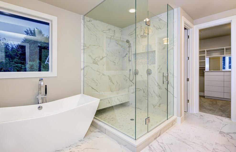 Auch für die Glasdusche gilt: Es müssen nicht immer fertige Reinigungsmittel sein. Für das Säubern von Fenstern oder anderen Glasflächen im Haushalt eignen sich auch Essig, Zitronensäure und ähnliches. (#1)
