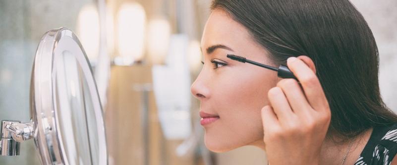 Für viele Frauen ist ein großzügiger Kosmetikspiegel das unverzichtbare Must-have einer Badezimmereinrichtung. Aber auch Männer schätzen die Vorteile eines Kosmetikspiegels beim Rasieren.