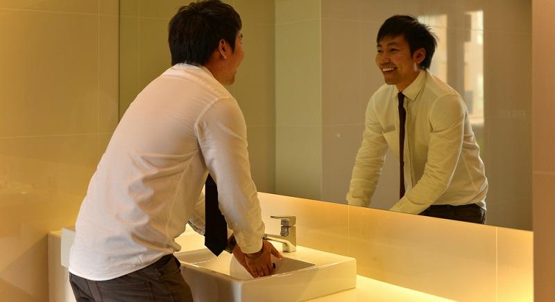 Der Spiegel im Badezimmer ist das zentrale Einrichtungselement in diesem Raum, denn er zieht automatisch alle Blicke an.