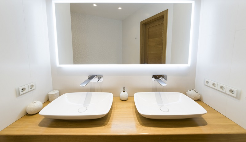 Bewohner einer Altbauwohnung kennen das Problem: Es sind einfach nicht genügend Steckdosen vorhanden. Heutzutage werden auch im Badezimmer zahlreiche elektrische Geräte benutzt, für die eine Steckdose benötigt wird.