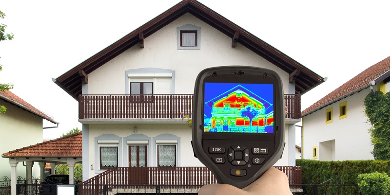 Aufnahmen einer Wärmebildkamera lokalisieren, wo sich Wärmebrücken befinden, die dann durch Dämmmaßnahmen beseitigt werden sollten.