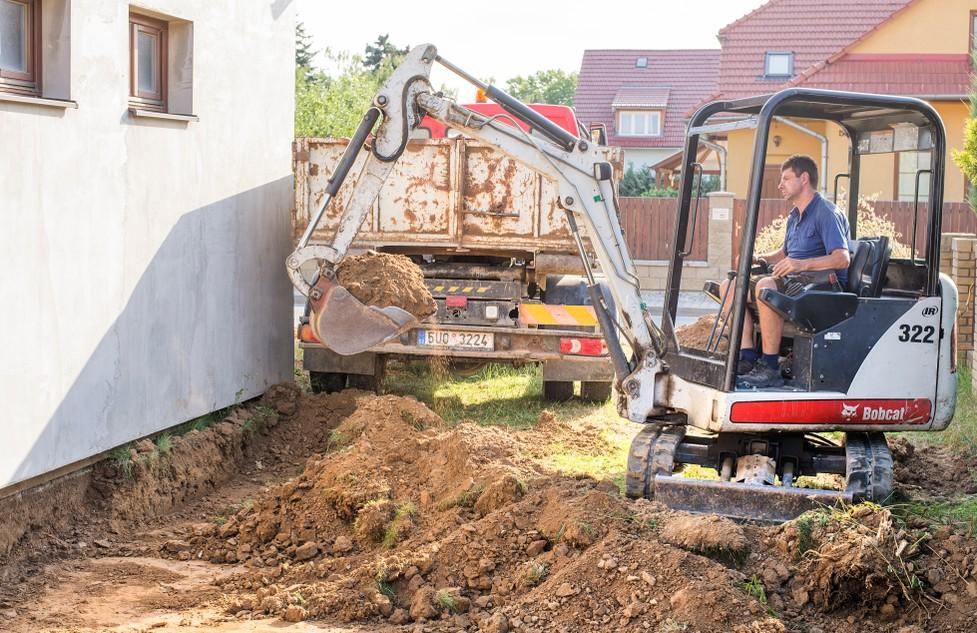 Zum Drainage verlegen werden Sie im zweiten Schritt rund um das Haus das Erdreich ausheben. Der Aushub legt die Wand des Kellers frei. Mit dem Minibagger gelingt dies, ohne den Garten in ein Schlachtfeld zu verwandeln. (#2)