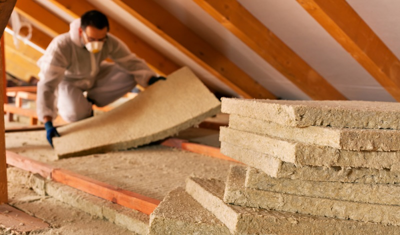 Oma hatte das Dach ja bereits vor zwanzig Jahren komplett erneuern lassen und wir waren positiv überrascht, dass die Fachfirma damals alles tat, um die Gebäudeabdichtung im Dachgeschoss auf den neuesten Stand zu bringen.