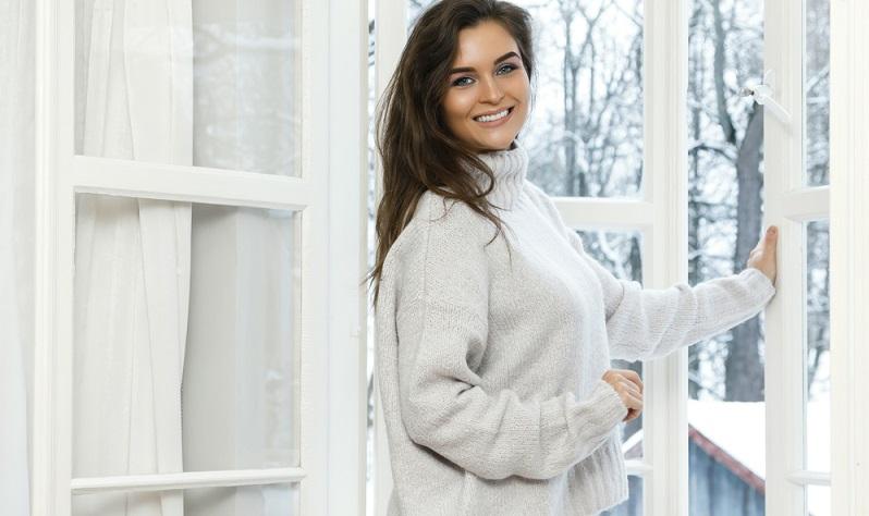 Natürlich muss man auch im Winter regelmäßig lüften. Das ist insbesondere auch deshalb wichtig, um ein gesundes Wohnklima zu erhalten, denn Luftfeuchtigkeit spielt im Winter eine große Rolle bei der Entstehung von Schimmelschäden.