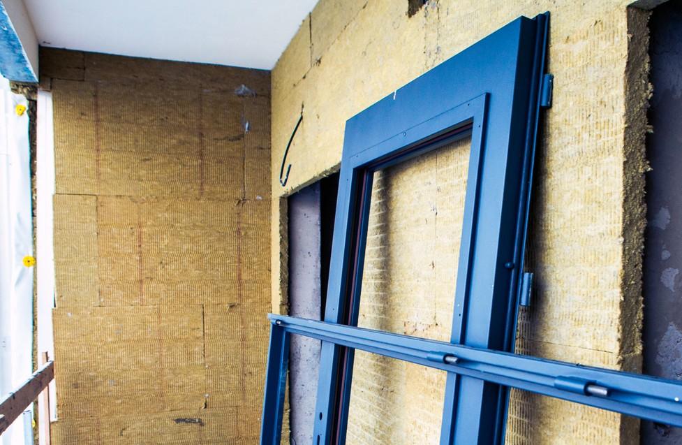 Wenn Sie Ihren Keller ausbauen, sollten Sie auf zwei Dinge ganz besonders achten. Das Erste ist die Wärmedämmung und Isolierung der Wänder. Das spart Heizkosten auf lange Sicht. Der zweite Punkt ist die Ausstattung der Wohnung im Keller mit Fenstern und Türen. Sie benötigen im Keller mehr Fenster, um ihn hinreichend hell zu halten. Und die Türen sind wichtig, um für eine Einliegerwohnung einen separaten Eingang bereitstellen zu können. (#1)