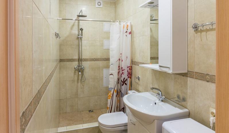 Soll eine Dusche enthalten sein oder geht es nur um Toilette und Waschtisch?