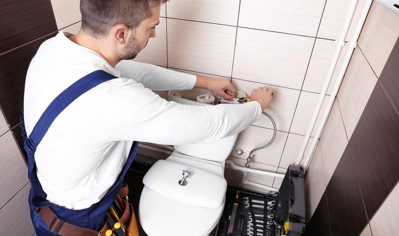 Heimwerker sollten sich das nötige Werkzeug zurechtlegen sowie die Tipps zur Reparatur des Spülkastens beherzigen, wenn sie noch unerfahren auf diesem Gebiet sind.